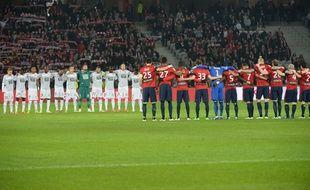 Les joueurs de Lille et de Rennes observent une minute de silence le 15 mars 2015.