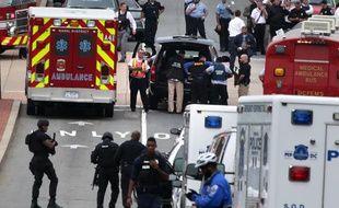 Des services d'urgence se mobilisent après une fusillade dans un immeuble de la Marine à Washington, le 16 septembre 2013.