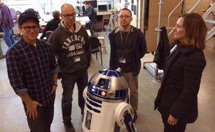 Photo sur le tournage de Star Wars VII avec JJ Abrams et R2D2