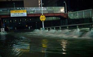Montée des eaux record, inondations spectaculaires et une bonne moitié de Manhattan plongée dans le noir et le silence: New York a vécu des heures particulièrement difficiles dans la nuit de lundi à mardi, au passage du cyclone Sandy qui a fait cinq morts dans l'Etat.