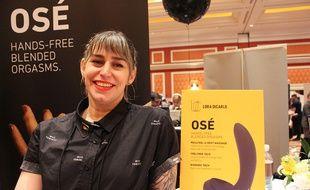 Evie Smith de la startup Lora DiCarlo fait la promotion du sex-toy robotisé Osé au CES Las Vegas 2019.