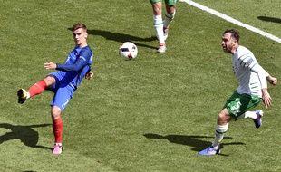 L'attaquant de l'équipe de France Antoine Griezmann contre l'Irlande, le 26 juin 2016, à Lyon.