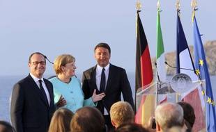 François Hollande, Angela Merkel et Matteo Renzi sur le pont du porte-aéronefs «Giuseppe Garibaldi», le 22 août 2016.