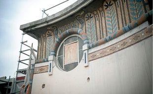 Sur la terrasse, on découvre des mosaïques qui recouvriront les façades du cinéma rénové.