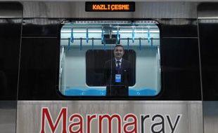 La Turquie a inauguré en grande pompe mardi, au jour du 90 ème anniversaire de la République, le premier tunnel ferroviaire sous le Bosphore, reliant les rives asiatique et européenne d'Istanbul, un des méga-projets urbains contesté du régime islamo-conservateur turc.