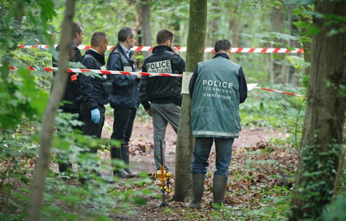 Le 18 juin 2012, la police judiciaire et la police scientifique enquêtent après la découverte d'un tronc humain dans le bois de Vincennes. – A. GELEBART / 20 MINUTES