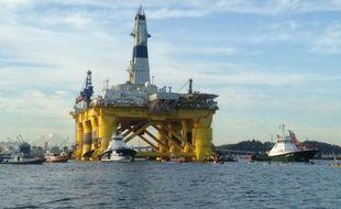 La plateforme de forage de Shell pour une série d'explorations en Arctique est remorquée hors de la baie de Seattle, le 15 juin 2015