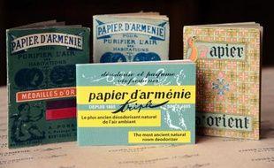 Par beau temps on se repère à l'odeur. Les effluves sucrés, épicés et poivrés conduisent jusqu'à une rue tranquille de Montrouge aux portes de Paris, d'où sort depuis 1885 le Papier d'Arménie.