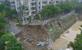 Une route partiellement effondrée à cause des pluies diluviennes, dans le nord de l'Inde, le 26 juillet 2018.