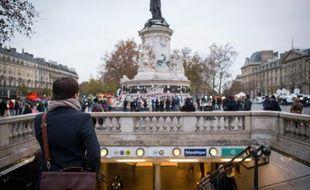 Des personnes entrent dans la station de métro République, le 16 novembre 2015 à Paris