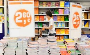Illustration d'achats de fournitures pour la rentrée scolaire.