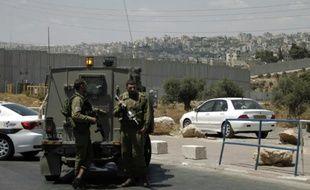 Des soldats israéliens à un checkpoint entre Jérusalem et la Cisjordanie, le 29 juin 2015