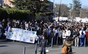 """Cinq cents personnes ont marché en silence, dimanche à Toulouse à travers le quartier des Izards, en mémoire d'un boulanger de 18 ans tué d'une balle de Kalachnikov une semaine auparavant, décrit comme la """"victime d'un règlement de comptes qui ne le concernait pas""""."""