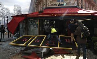 Le Fouquet's vandalisé et incendié