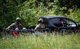 Des snipers du GIGN assis à l'arrière d'un pickup lors de la traque de Valentin M., près du  village de Plantiers, dans les Cévennes, le 12 mai.