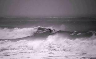 Tous les surfeurs présents sur la vidéo sont des professionnels.
