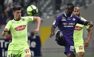 L'attaquant du TFC Max-Alain Gradel (à gauche face à Angers lors d'un match de Ligue 1 au Stadium de Toulouse, le 21 avril 2018.