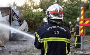 Illustration de pompiers luttant contre un incendie, ici à Chantepie, près de Rennes.
