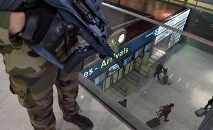 Un militaire français patrouille dans la zone des arrivées à l'aéroport de Roissy, le 23 mars 2016.