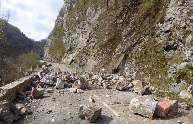 Ariège: Des cailloux partout... La route du Tour de France coupée par un éboulement rocheux