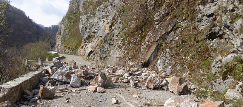 La RD9, coupée après un éboulement rocheux entre Montségur et Fougax-et-Barrineuf, en Ariège.