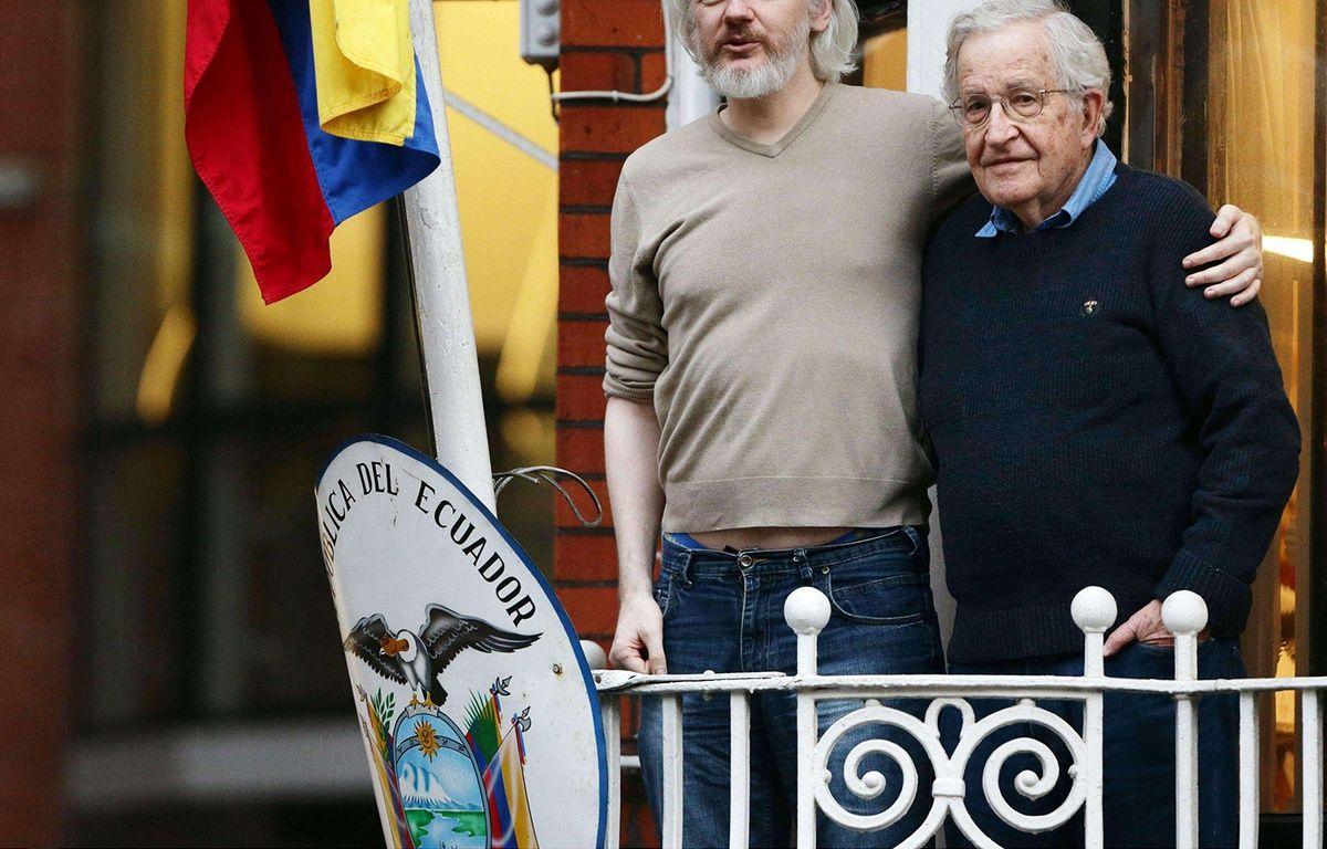 Julian Assange sur le balcon de l'ambassade équatorienne à Londres avec le linguiste et philosophe Noam Chomsky, le 25 novembre 2014. – Yui Mok/AP/SIPA