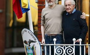 Julian Assange sur le balcon de l'ambassade équatorienne à Londres avec le linguiste et philosophe Noam Chomsky, le 25 novembre 2014.