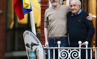 Julian Assange sur le balcon de l'ambassade équatorienne à Londres avec le linguiste et philosophe Noam Chomsky, le 25 novembre 2015.