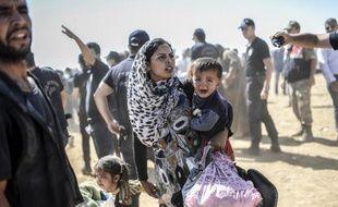 Des Kurdes syriens à leur arrivée le 23 septembre 2014 à Suruc après avoir fui la guerre en Syrie