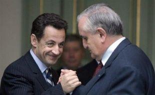 """L'ancien Premier ministre Jean-Pierre Raffarin a loué jeudi la nouvelle façon d'exercer le pouvoir de Nicolas Sarkozy estimant qu'on jouait maintenant """"la politique rugby"""" avec un président de la République qui """"va dans la mêlée"""" et distribue ensuite les ballons aux ministres."""