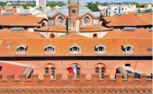Le bâtiment de briques rouges et son castelet d'entrée datent du xixesiècle.