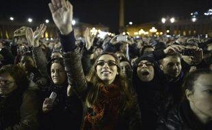 """""""È bianca!"""" """"Elle est blanche!"""" : ce cri a fusé de toutes parts sur la place Saint-Pierre quand la fumée sortie de la cheminée de la Chapelle Sixtine a révélé au monde que le conclave avait élu un nouveau pape."""