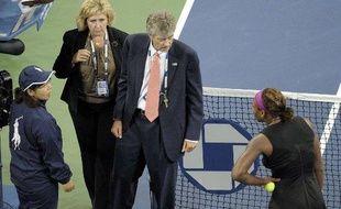 La joueuse de tennis américains, Serena Williams s'explique avec les arbitres et une juge de ligne lors de sa demi-finale à l'US Open, le 12 septembre 2009.