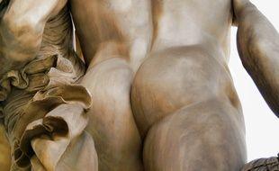 Une statue vue de dos