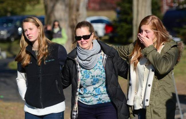 Des résidents de Newton viennent de déposer une gerbe de fleurs au lendemain de la tuerie qui a fait 26 victimes