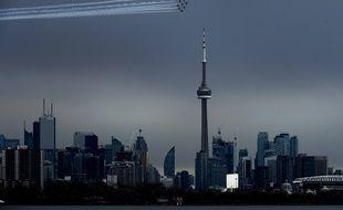 Les «Snowbirds» canadiens au-dessus de la CN Tower de Toronto, le 10 mai 2020.