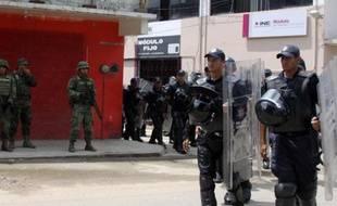 Des soldats mexicains et des policiers patrouillent dans les rues d'Oaxaca le 6 juin 2015 à la veille d'élections locales