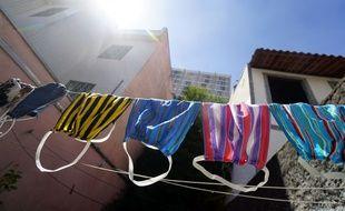 Des masques en tissu sèches dans une rue de Sao Paulo.