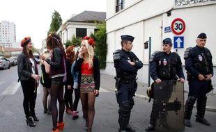 Des Femen le 19 avril 2014 devant les locaux que le mouvement féministe occupe à Clichy