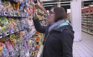 Louise, une jeune femme autiste, fait ses courses, dans le reportage «Autistes, trisomiques: différents et heureux!» diffusé le dimanche 31 mars, sur M6