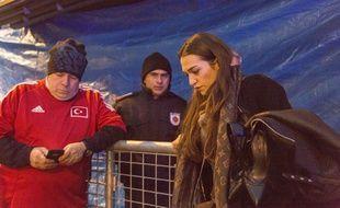 Une jeune femme se recueille à proximité de la discothèque Reina à Istanbul (Turquie) où un homme a tiré sur la foule faisant 39 victimes.