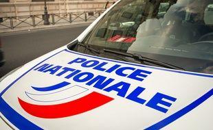 (Photo d'illustration) Le 23 juillet 2018, à Paris (4e). Le capot d'une voiture de la police nationale, une Renault Scénic, stationnée rue de la Cité.