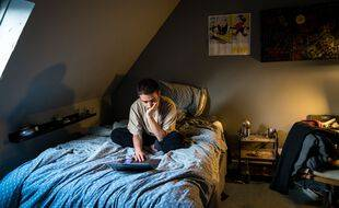 Un jeune homme dans sa chambre. (Illustration)