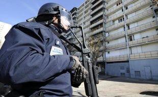 """Un policier lors d'une opération anti-drogue le 5 mars 2012 dans le quartier """"Font Vert"""" à Marseille"""