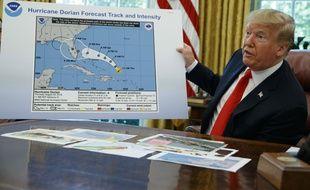 Trump présentant une carte erronée de la trajectoire de l'ouragan Dorian, le 4 septembre 2019 à la Maison Blanche.
