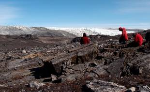 Les scientifiques Vickie Bennett, Allen Nutman et Clark Friend examinent des rochers au Groenland.