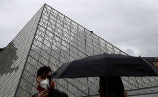 Des touristes portant des masques à Paris, le 2 mars 2020 (illustration).