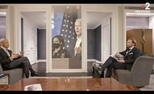 Barack Obama interviewé par François Busnel, l'animateur de l'émission littéraire La Grande Librairie.