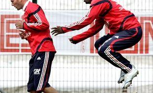 A droite, la légende Pascal Chimbonda. A gauche, un joueur anonyme.