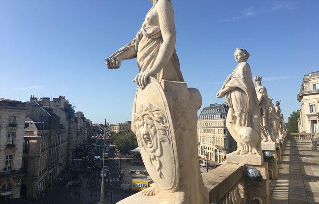 La terrasse du Grand-Théâtre de Bordeaux est agrémentée de 12 statues, neuf muses et trois déesses.